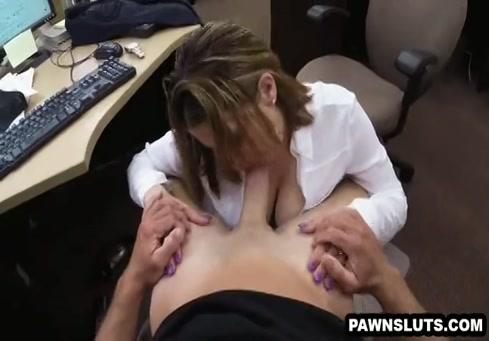 Brune sexy chevauche de la bite